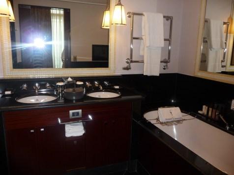 Fouquet's Paris Barriere - Junior Suite Champs-Elysees bathroom