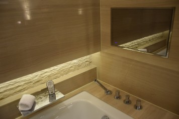 Mandarin Oriental Shanghai - Club Room River View bath