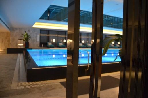Jing An Shangri-La - Swimming pool by night
