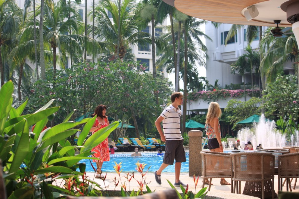 Shangri-La Singapore - Outdoor pool under the sun