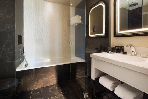 Le Narcisse Blanc - Executive Room bathroom