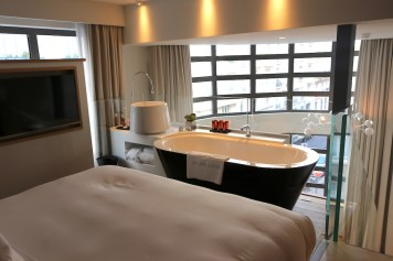 Duplex Suite bed & bathtub