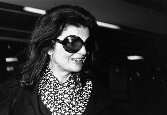 962b50289f Jackie Kennedy popularizó las gafas grandes. En la fotografía lleva unas  Chanel
