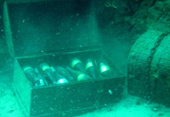 cajas de vino en el mar
