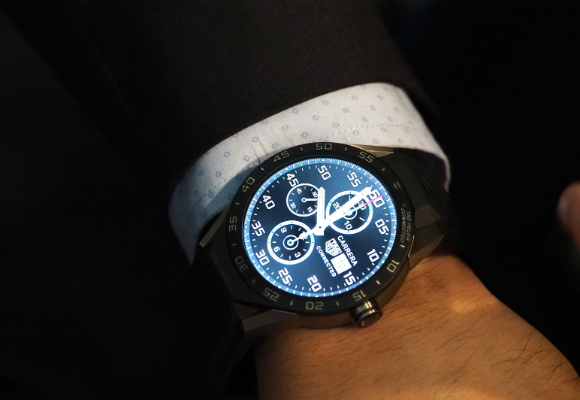 tag-heuer-connected-watch-suit-wristshot-x3