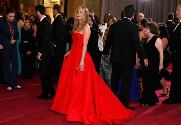 Celebrities como Jennifer Aniston han lucido espectaculares diseños 'Rojo Valentino'