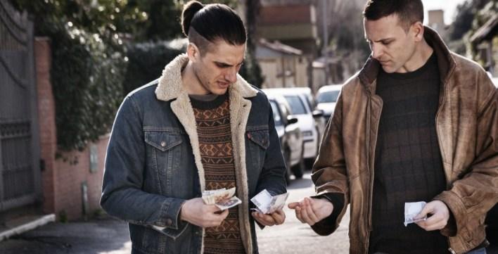I due ragazzi mentre si scambiano soldi guadagnati rapinando anziane