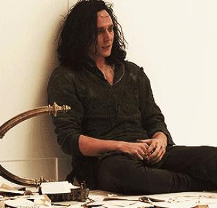 Una domanda sorge spontanea: solitamente, quindi, Loki si stira i capelli con la piastra?