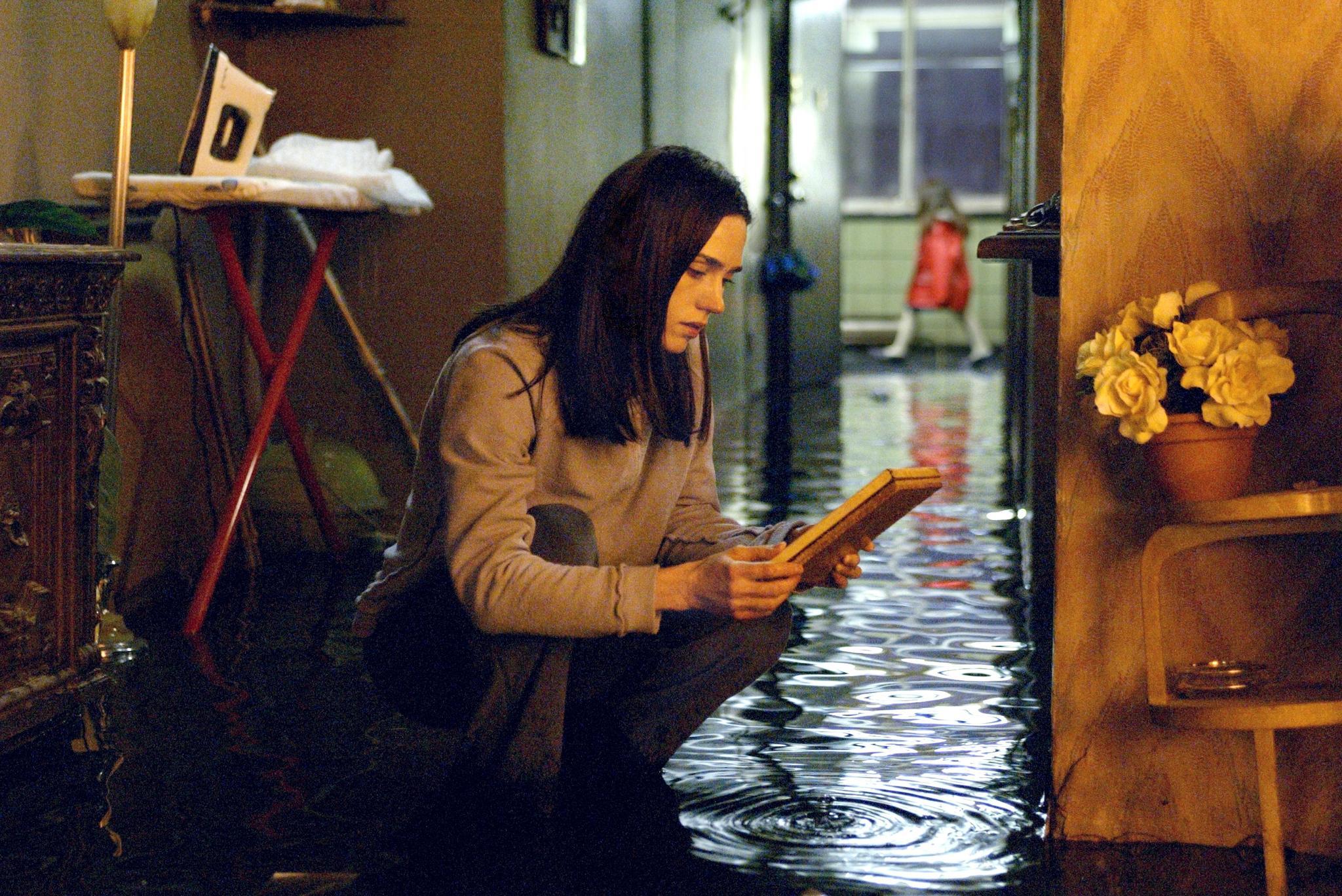 jennifer-connelly-in-dark-water-(2005)