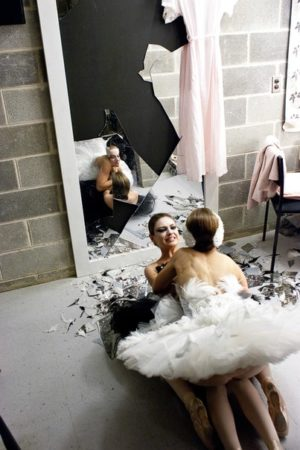 Il cigno nero la morte come punto di svolta the macguffin - Quando si rompe uno specchio ...