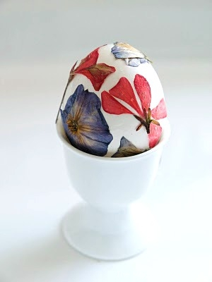 Pressed Flower Easter Eggs : www.theMagicOnions.com