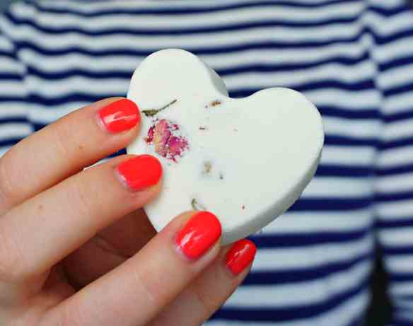 How to make your own Valentine's day bath bombs with a hidden surprise (psst, it's bath confetti) ! DIY by The Makeup Dummy