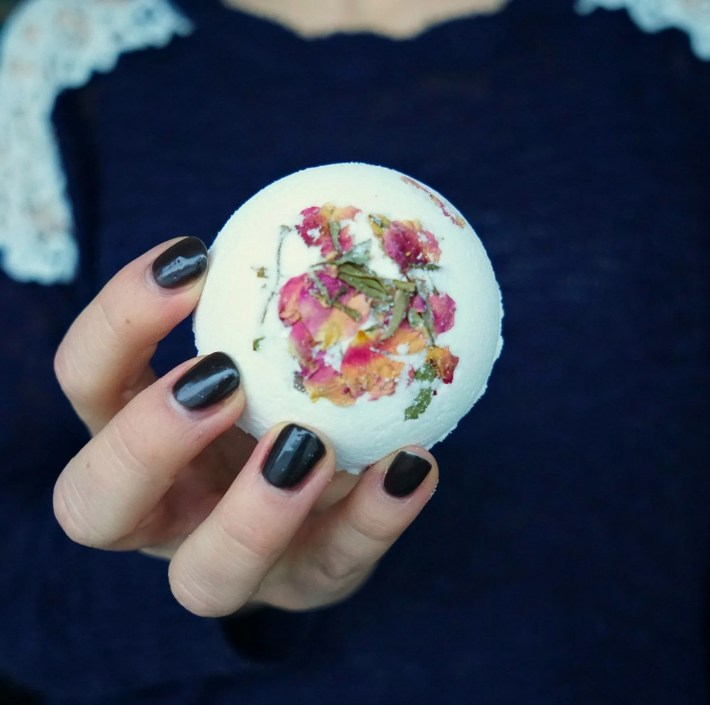 These bath bombs are amazingly beautiful and creepy! How To make your own HIDDEN BLACK BATH BOMBS! Watch them spin! DIY by The Makeup Dummy