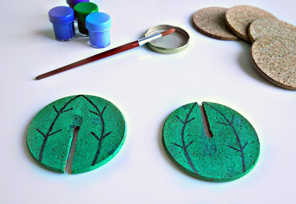 Such a cute idea! How To DIY Cactus mini pin board from cork coasters. Tutorial by The Makeup Dummy