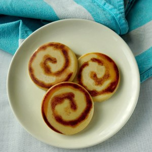 This is such a cute gift idea! How To make DIY Cinnamon Roll Buns inspired Lotion Massage Bars! Easy tutorial by The Makeup Dummy