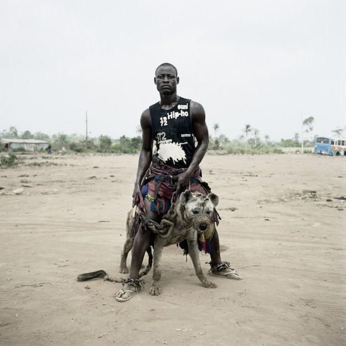 """Pieter Hugo, Jatto with Mainasara, Ogere-Remo, Nigeria, 2007 dalla serie """"Gadawan Kura – The Hyena Men Series II"""". Courtesy l'artista - Collezione Fondazione Cassa di risparmio di Modena"""