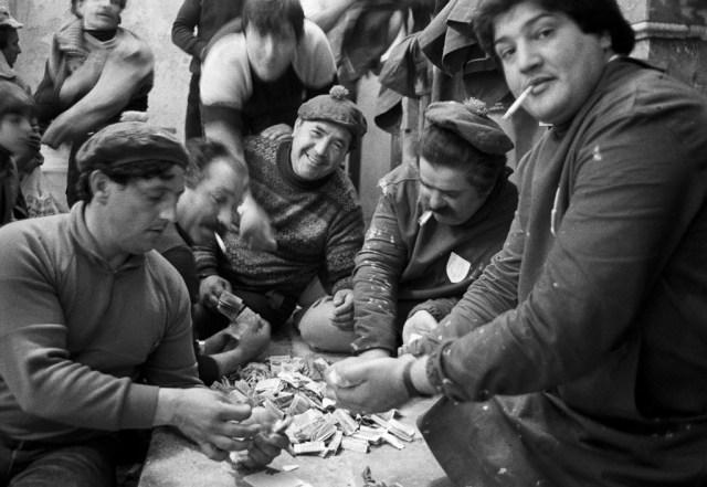 La conta Dopo la Processione dei Misteri gli uomini contano i soldi delle offerte Trapani, 1992 Courtesy Letizia Battaglia