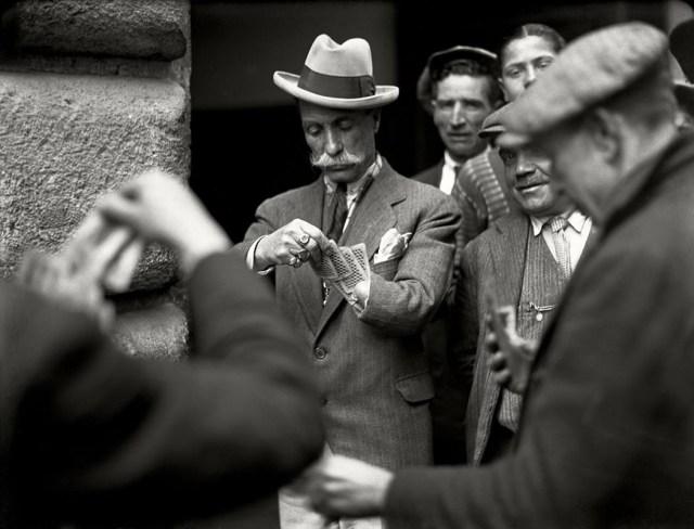 Gioco di carte per strada, giocatore con il moncherino Studio Troncone, anni Trenta © Stefano Fittipaldi, Archivi Parisio e Troncone, Napoli