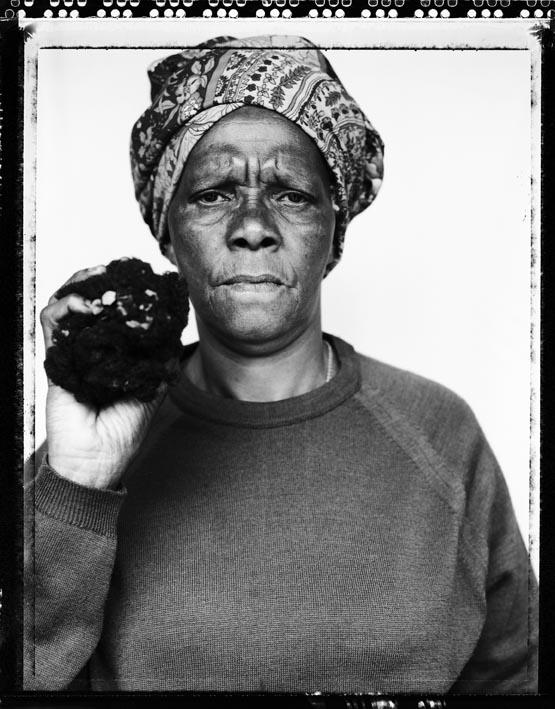 JILLIAN EDELSTEIN. Joyce Mtimkulu mostra i capelli del figlio avvelenato dalle forze di sicurezza sudafricane nel 1982. da Truth & Lies. © J. Edelstein/Camera Press (VISA D'OR FEATURE AWARD 1997).