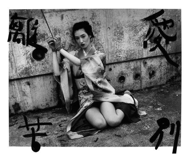 Une histoire singulière à l'encre de Chine (Bokuju Kitan) (Marvelous Tales of Black Ink [Bokuju Kitan] 2007 encre traditionnelle (sumi) sur photographie noir et blanc H. 101,6 cm ; L. 152,4 cm The RBS Collection © Nobuyoshi Araki/Courtesy Taka Ishii Gallery