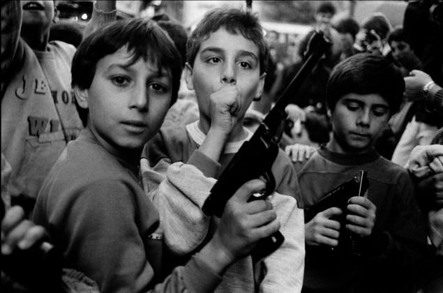 Festa del giorno dei morti. I bambini giocano con le armi Palermo – 1986 Courtesy l'artista