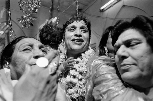 Dayanita Singh Myself Mona Ahmed, 1989-2001 stampa ai sali d'argento virata al selenio 30,5 x 45,5 cm ciascuna © l'artista