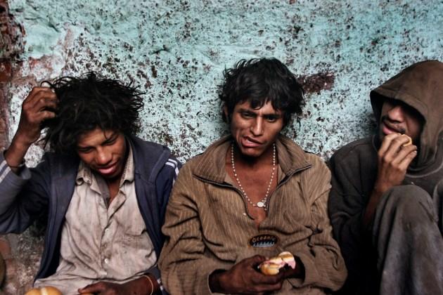 Lima, Perù, 2006. Ragazzi di strada mangiano dopo aver fumato paco.