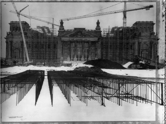© Maurice Weiss, dalla serie Ciel de plomb. Cantiere, Reichstag. Berlino, Germania, 1995