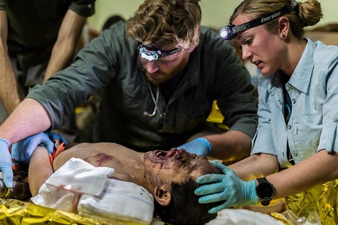 gement curano un bambino ferito durante un attacco aereo delle forze di coalizione nella lotta contro i combattenti dell'Isis. Entrambi i suoi genitori sono morti nell'esplosione e altri due fratelli sono rimasti feriti. ©Alessandro Rota