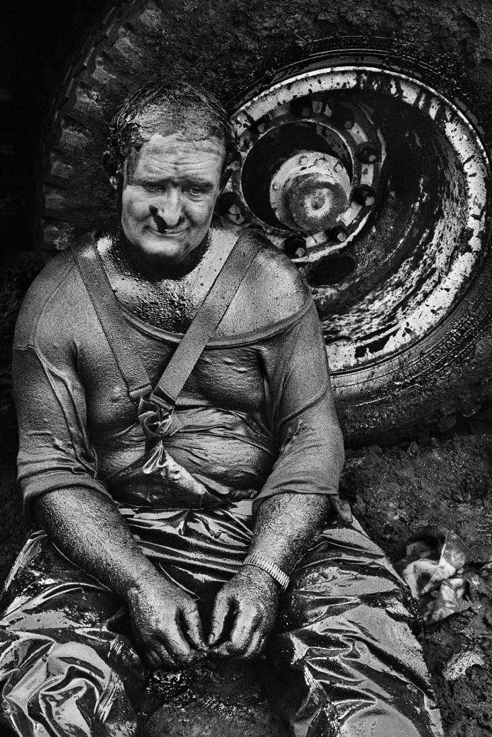 Un pompiere esausto. Pozzi di petrolio, Greater Burhan, Kuwait, 1991 © Sebastião Salgado /Amazonas Images/Contrasto