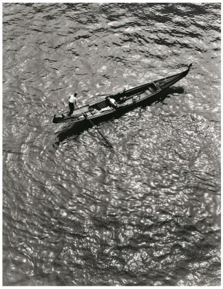 Fulvio Roiter Venezia, Gondola dall'alto del Ponte di Rialto, 1953 © Fondazione Fulvio Roiter
