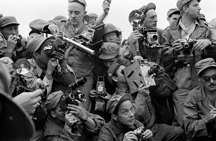 Werner Bischof:Fotografi della stampa internazionale durante la Guerra di Corea. Kaesong, Corea del Sud, 1952.© Werner Bischof /Magnum Photos/Contrasto