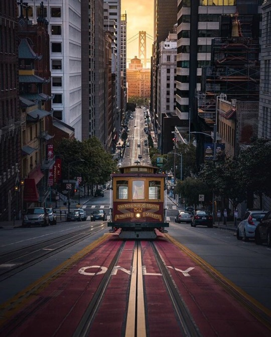 san francisco cable car climbing hill