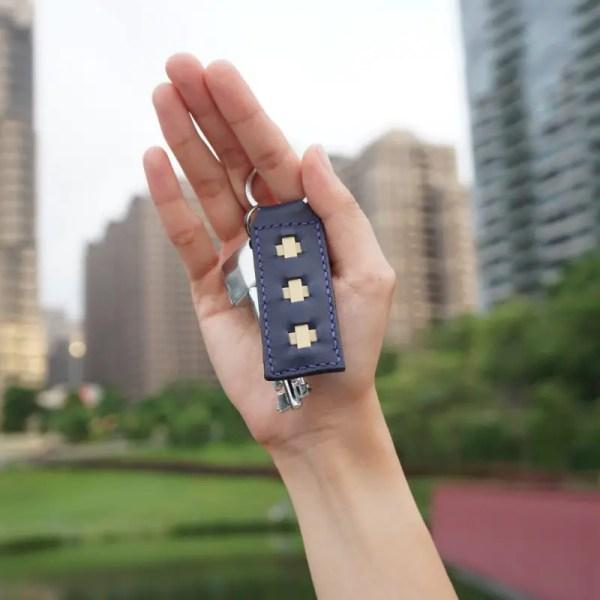 key ring marine blue hand
