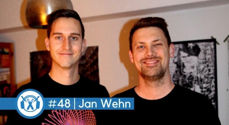 ThemaTakt-Host Tobias Wilinski steht neben Journalist und Autor Jan Wehn. Beide gucken glücklich in die Kamera.