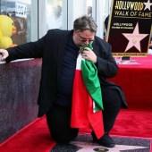 Guillermo del Toro recibe su estrella en  el paseo de la fama con la Bandera Mexicana