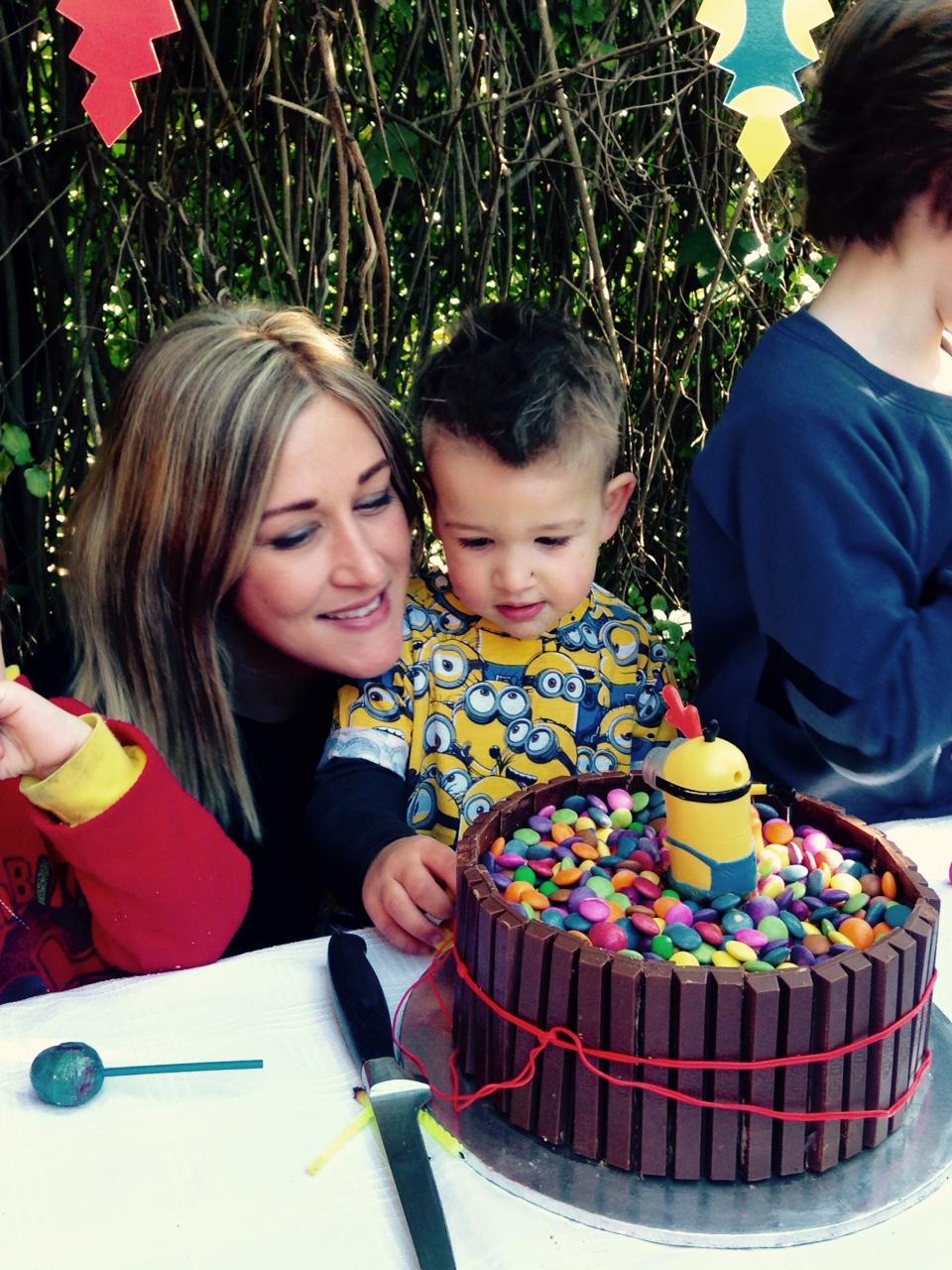 easy minion cake