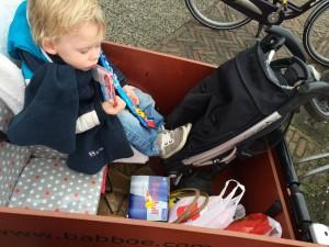 Bakkie vol! Zoals je ziet laad ik de fiets altijd behoorlijk vol! Floris zat hier nog in de peuterstoel en Maxim in de kleutersit!