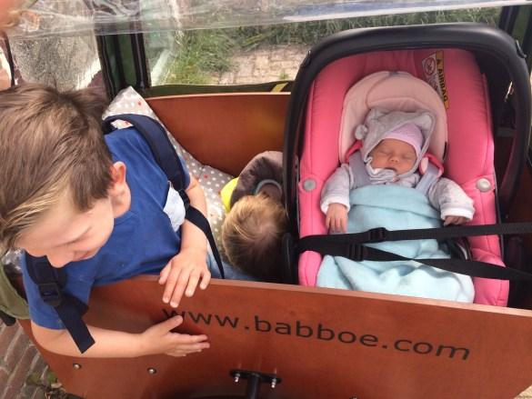 baby in de babboe bakfiets