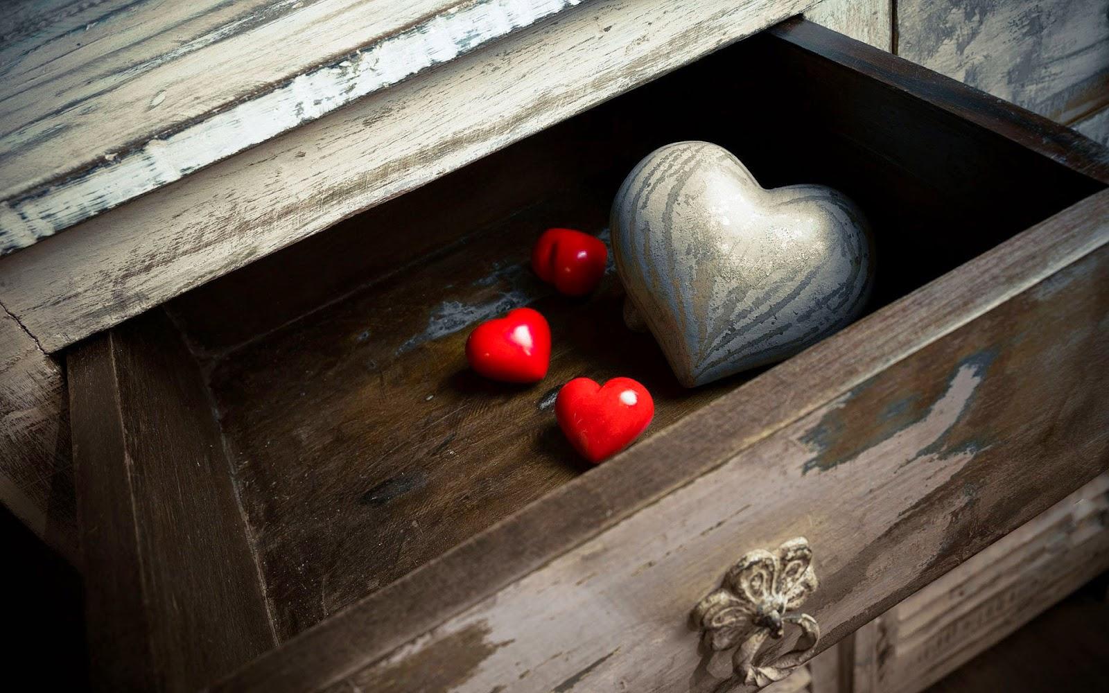 Oude Houten Kast : Rode houten liefdes hartjes in de lade van een oude houten kast hd