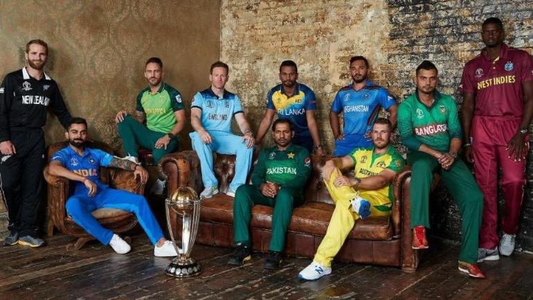 The captains of all 10 teams pose with the World Cup Trophy | दक्षिण अफ्रीका