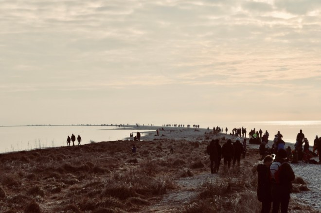 Målkläppen. Sandbank surrounded by water, with people walking