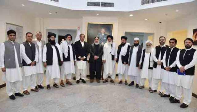 دوحہ میں پاکستانی مندوب کے ساتھ طالبان کا وفد۔