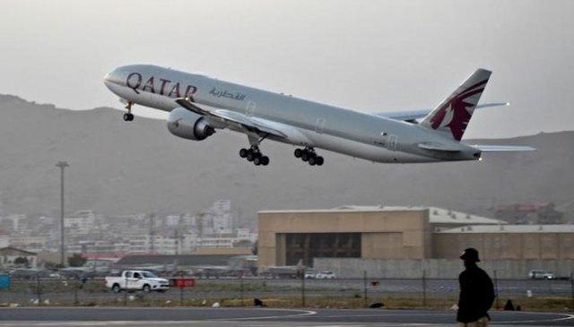امریکہ کے انخلا کے بعد قطر ایئرویز نے 100 سے زائد مسافروں کو افغانستان سے قطر پہنچایا۔  اے ایف پی