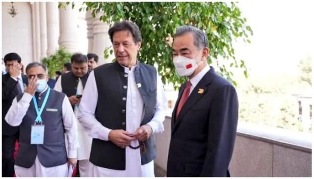 وزیر اعظم عمران خان نے 17 ستمبر 2021 کو شنگھائی تعاون تنظیم کونسل آف ہیڈز آف سٹیٹ کے موقع پر دوشنبے میں چینی وزیر خارجہ وانگ یی (بائیں) سے ملاقات کی۔ - P پاک پی ایم او/ٹویٹر