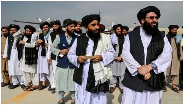 افغانستان سے امریکی فوجیوں کے انخلاء کے بعد طالبان حکام کابل ائیر پورٹ پر کھڑے ہیں۔  - اے ایف پی