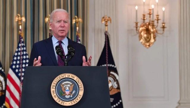امریکی صدر جو بائیڈن 4 اکتوبر ، 2021 کو واشنگٹن میں وائٹ ہاؤس کے اسٹیٹ ڈائننگ روم سے قرض کی حد پر تبصرہ کر رہے ہیں۔  - اے ایف پی
