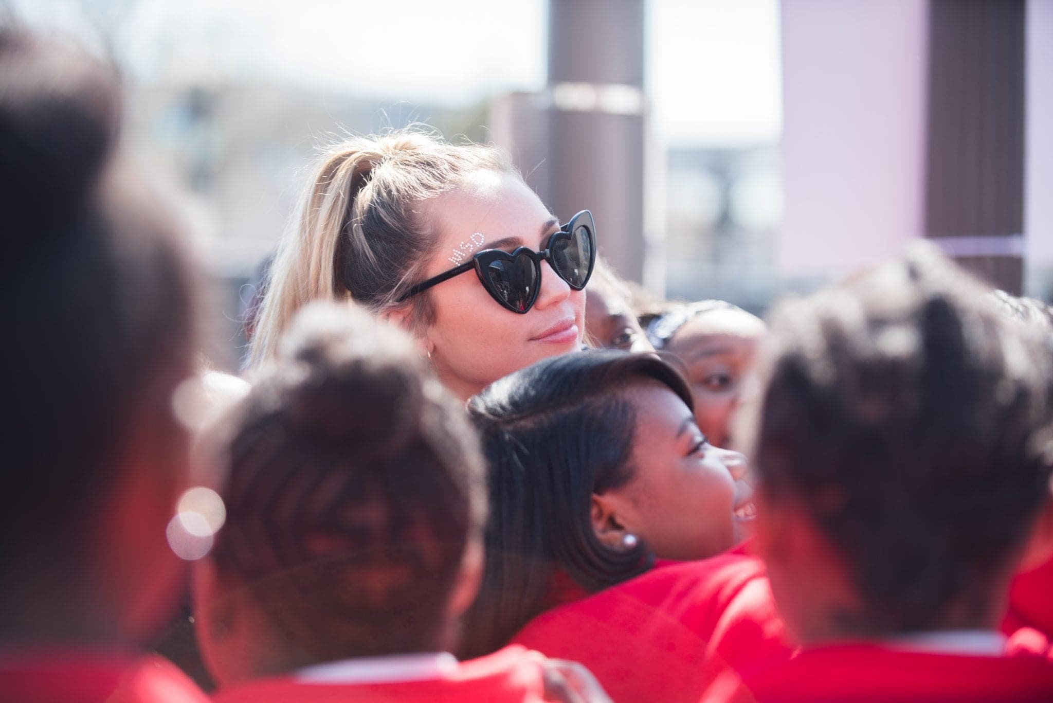 Miley Cyrus poses with The Baltimore middle School choir. Photo by Jessica Sheldon