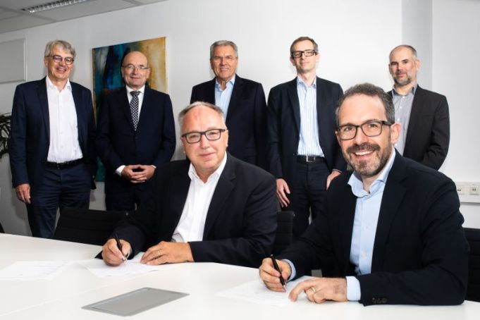 SNP CEO Michael Eberhardt and Datavard AG Founder and CEO Gregor Stöckler (both sitting) sign the agreement.