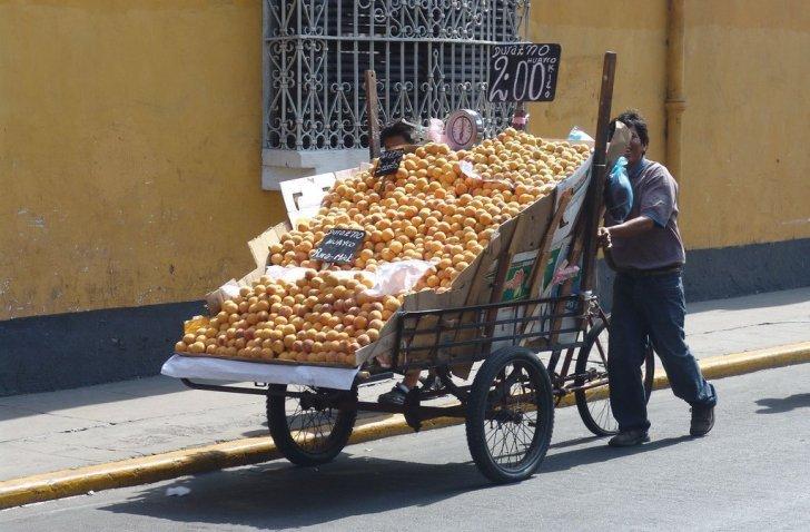 Fruit seller in Peru - vegan in Peru